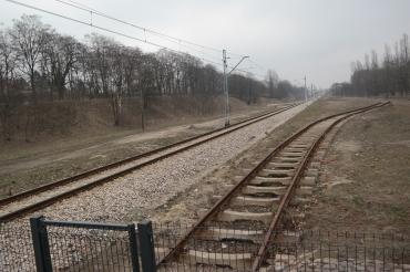 Rel kereta yang masih digunakan sebagai perlintasan kereta.