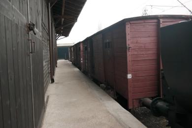 Gerbong-gerbong di dekat museum Radegast.